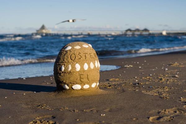 Mal etwas anderes: Ein Osterei aus Sand am Strand. (Foto: Ronny Heim)
