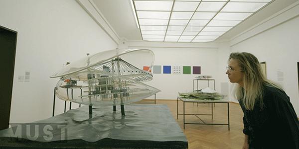Aafke Romeijn met een futuristische maquette van Nieuwenhuys (bron NTR)