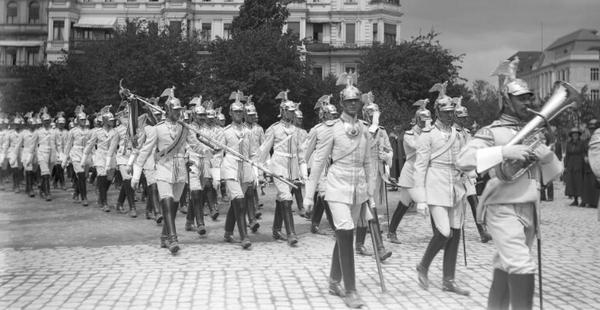 """Ein Regiment """"Gardes du Corps"""" um 1912 auf dem Luisenplatz. Foto: Ernst Eichgrün"""