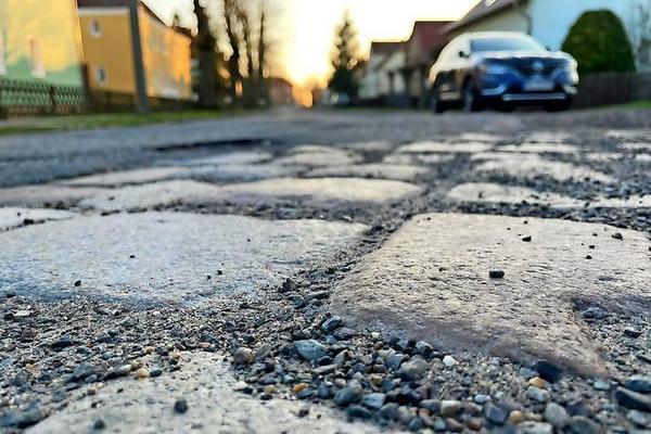 """Die Bahnhofstraße in Premnitz wurde zur """"Schlechtesten Straße im Westhavelland"""" gekürt. (Foto: Christin Schmidt)"""