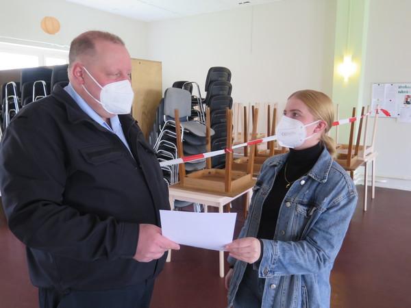 Marco Robitzsch (l.) leitet das Brieselanger Schnelltestzentrum. (Foto: Jens Wegener)