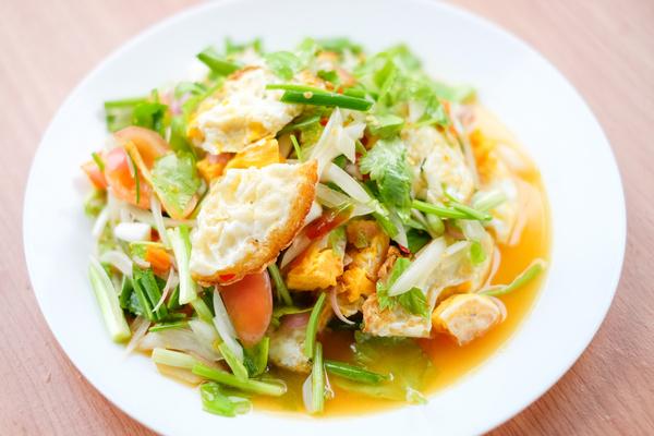 Thai-Salat mit Spiegelei