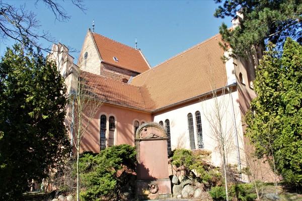 Gesucht war das Kriegerdenkmal an der Seegefelder Kirche. (Foto: Marlies Schnaibel)