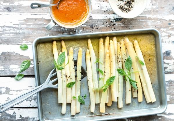 Spargel aus dem Ofen: Schmeckt lecker und ist schnell gemacht. Foto: dpa
