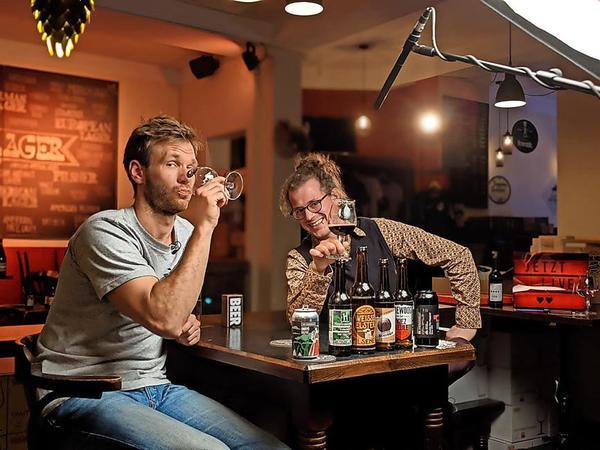 Dr. Hops (r.) und Tim in der Connewitzer Craft-Beer-Bar. Foto: Dr. Hops