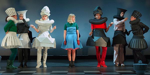 Creatieve kostuums in Alice in Wonderland (bron: Phile Deprez)