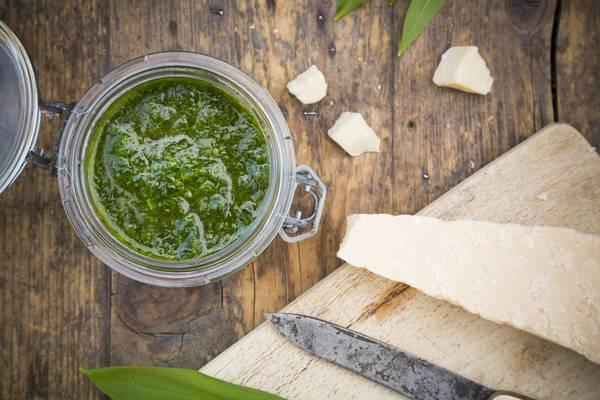 Bärlauchpesto schmeckt beispielsweise zu Pasta, aber auch zu Brot oder Spargel. Foto: Imago