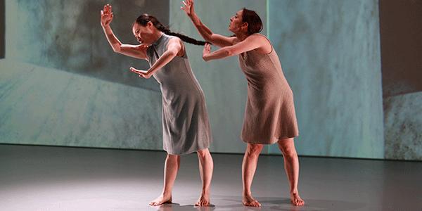 De choreografie 'Framed' met rechts de zwangere danseres (bron: NTR)