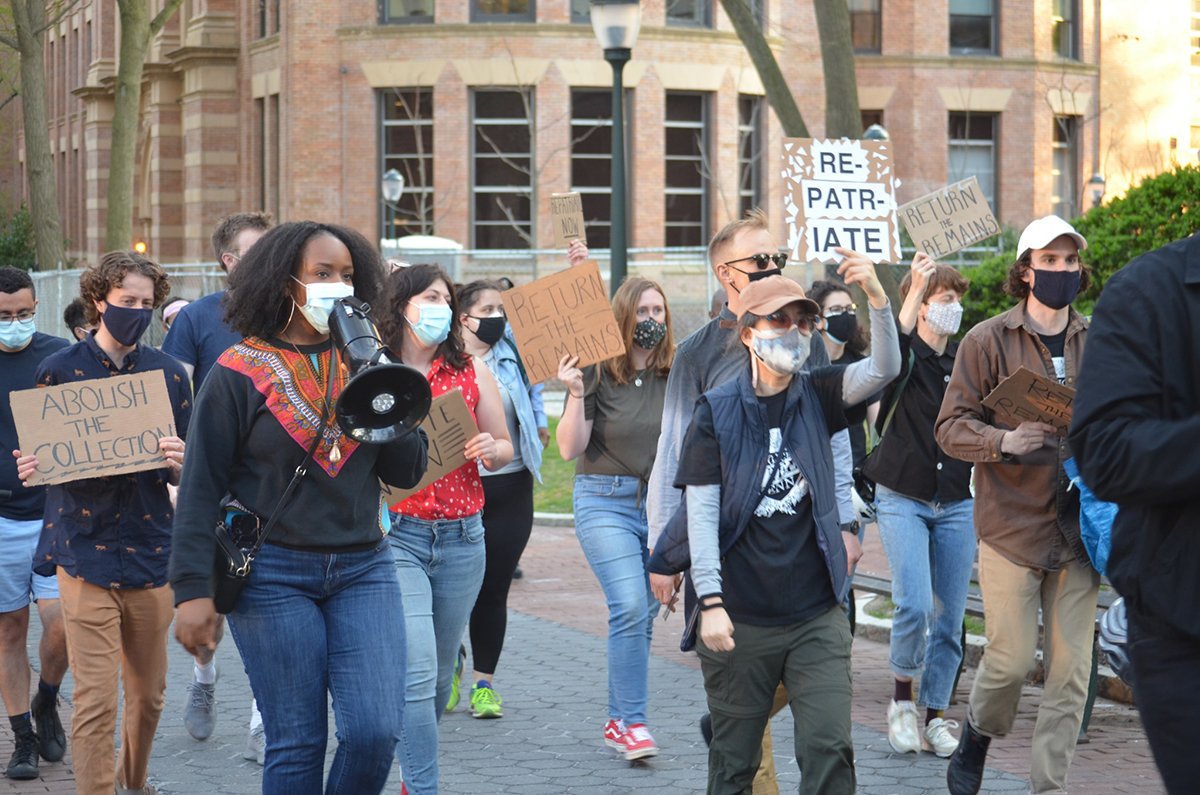 大约50个upenn学生和来自警察免费宾夕法尼亚州的活动家,黑棕色工人合作社在大学的校园里举行抗议(礼貌警察免费佩恩)