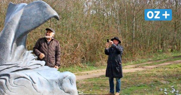 Für das Ozeaneum: Bildhauer formt Wal-Schwanzflosse aus tonnenschwerem Rügener Findling