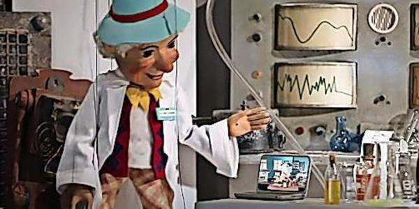 Die Augsburger Puppenkiste erklärt, wie ein Coronatest funktioniert