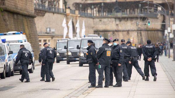 """""""Querdenken""""-Demonstrationen: Polizei setzt Verbote von Demos in Dresden, Stuttgart und Kempten durch"""