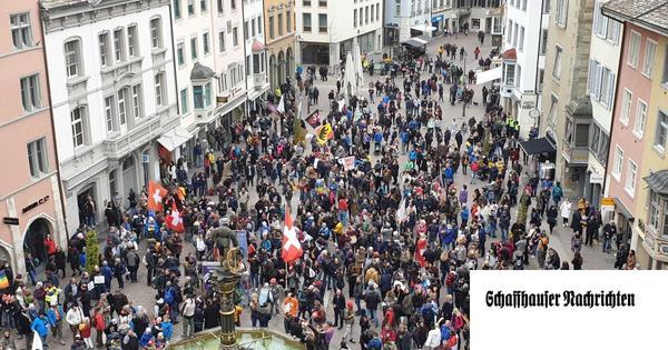 Ohne Maske und Abstand: Rund 1000 Demonstrierende in der Altstadt