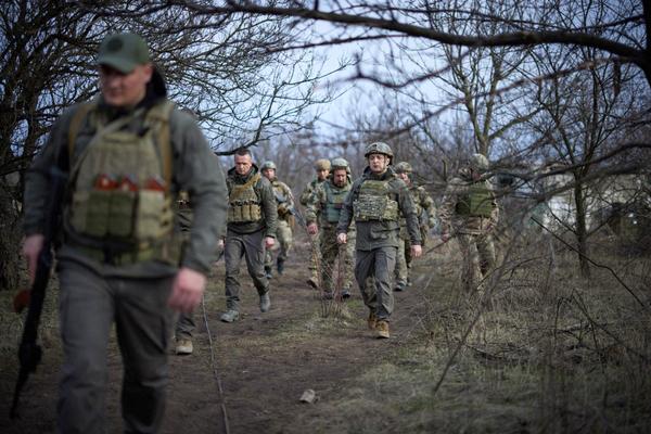 De Oekraïense president Zelensky bezoekt soldaten in Marioepol. (AFP)