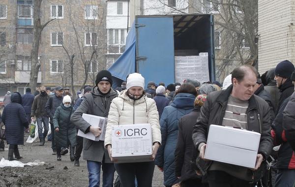Steunpakketten die worden uitgedeeld in Donetsk (EPA)