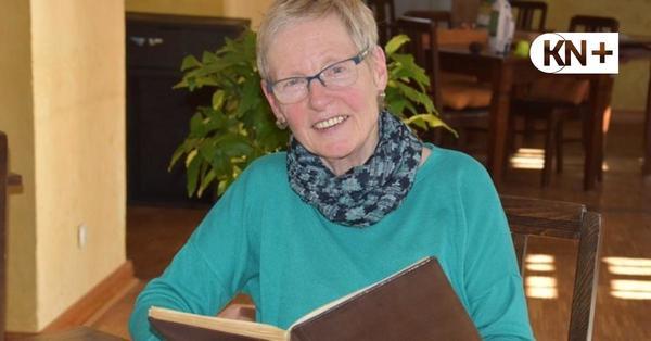 Plön: Ute Becker wuchs auf der Prinzeninsel auf und blättert im Gästebuch