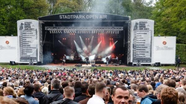 Six concerts en plein air, assis et à distance