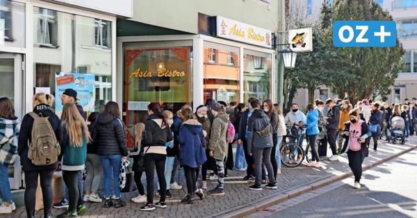 Mega-Schlange in Stralsund: Welcher Trend mit Verspätung nach Stralsund geschwappt ist