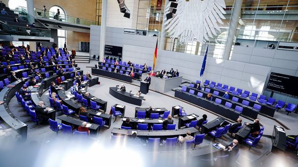 Bundestag stimmt für Merkels Corona-Notbremse