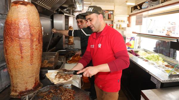 Im Bistro Jasmin 2 an der Karli. Murat (vorne) und Mohamed bereiten leckere Döner-Spezialitäten zu. Foto: André Kempner