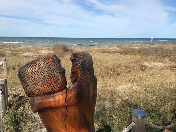 Das Liebespärchen aus Holz vor dem Strand  (Foto: Wolfgang Schröder)