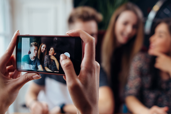 Mit dem Smartphone lassen sich ganz leicht kleine Videos aufnehmen.