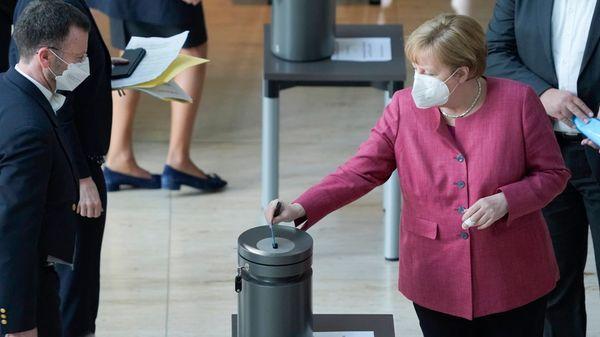 """Infektionsschutzgesetz: Bundestag verabschiedet """"Bundes-Notbremse"""" nach kontroverser Debatte"""
