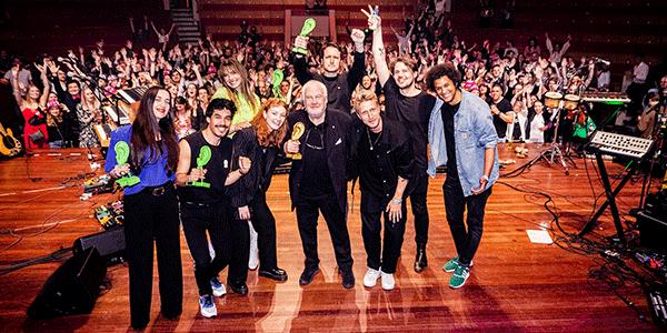 Alle winnaars met hun 3FM Award (bron: NPO 3FM)