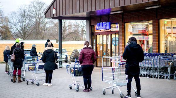 Corona-Notbremse: Handel befürchtet Warteschlangen vor Lebensmittelläden