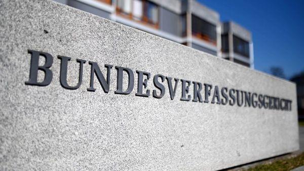 """Karlsruhe: Rund 25 Eilanträge und Klagen gegen """"Bundes-Notbremse"""""""