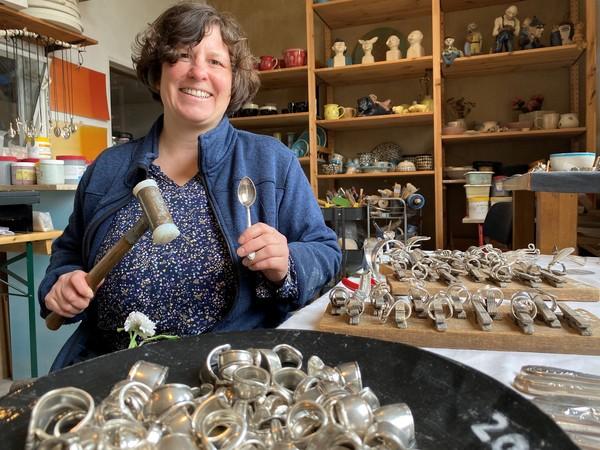 Julia Striefler macht aus Besteck Schmuck. (Foto: Jeannette Hix)