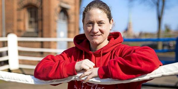 Boxerin Annemarie Stark in Doppelrolle als Trainerin und Teammanagerin
