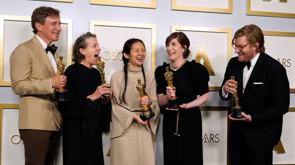 """Sieg der Arbeitsnomaden und des Kinos: """"Nomadland"""" gewinnt die wichtigsten Oscars"""