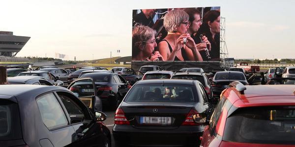 """""""The Gentlemen"""" eröffnet am 20. Mai das Autokino auf dem Leipziger Porsche-Gelände"""