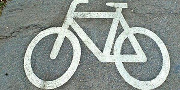 Radfahrerin bei Unfall in Leipzig schwer verletzt - Autofahrer fährt weg