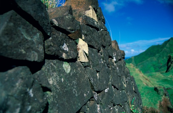 Détail du mur de pierres de la tour centrale du pare de Kapitanga, en 1996. © Jaume Bartroli