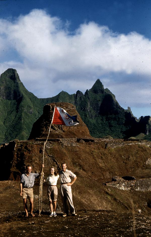 Thor Heyerdhal (à droite) pendant les fouilles de Morongo Uta, en 1956. (Editions Albin Michel)