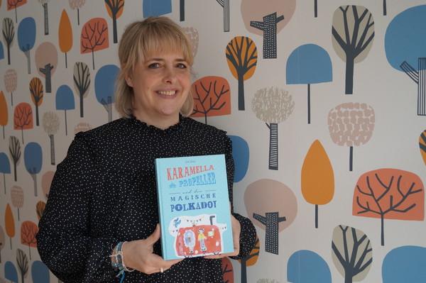 """Tanja Zeising mit ihrem Buch """"Karamella Propeller und der magische Polkadot"""". Foto: Heidrun Voigt"""
