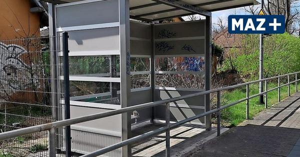 Spott für Deutsche Bahn: Geländer blockiert Wartehäuschen am Bahnhof Groß Kreutz