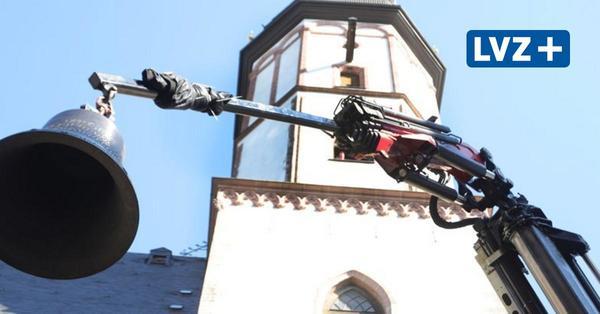 Thomaskirche Leipzig: Neue Glocken per Kran in Kirchturm gehoben
