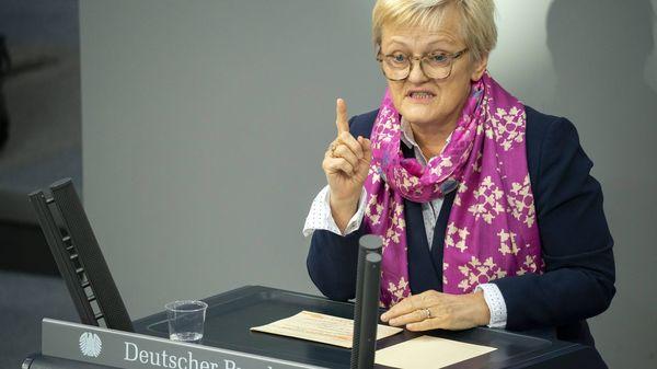 Renate Künast: Grünen-Politikerin verklagt Facebook wegen gefälschtem Zitat