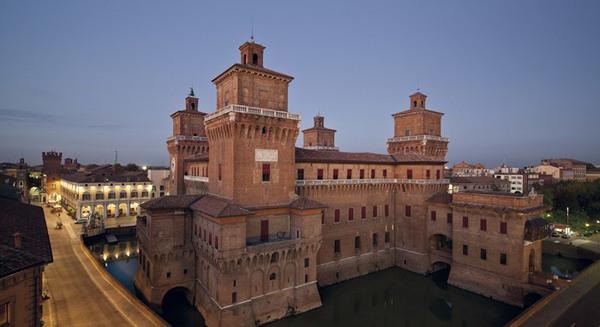 Palacio Ducal de Ferrara rodeado de agua, no se sabe si infestada de caimanes o de nobles y cardenales renacentistas. No sé qué sería peor.