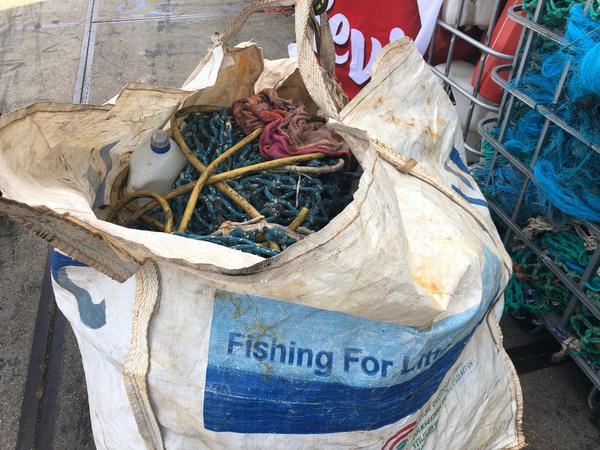 De plus en plus de déchets se retrouvent dans les filets des pêcheurs - Onze vissers brengen steeds meer afval mee uit zee