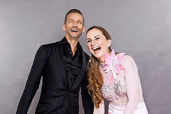"""Die Leipziger Künstler Oliver Thalheim und Tina Spiesbach tanzen am Samstag beim ersten """"Online Tanzfestival"""" voller Freude und Lebenskraft mit.Foto: Claudia Masur"""