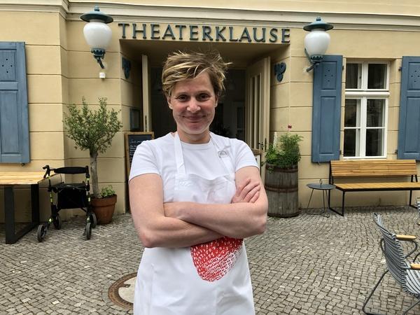 Inhaberin Lena Mauer vor der Theaterklause in der Zimmerstraße. Foto: Jan Russezki