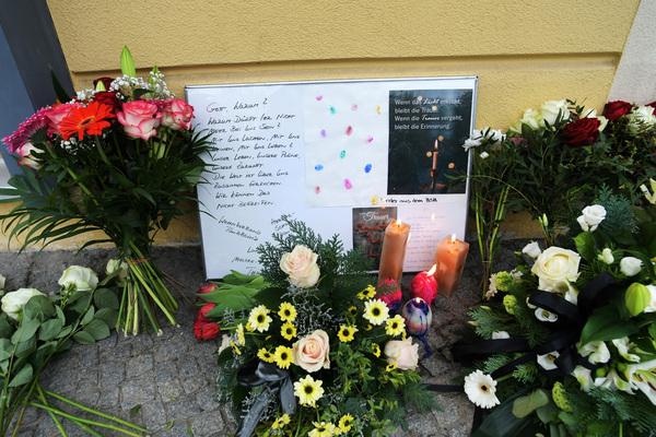 Angehörige, Anwohner und Freunde der Opfer gedenken vor dem Oberlinhaus in Potsdam  mit Blumen, Kerzen un Briefen den Opfern des Verbrechens. (Foto: Bernd Gartenschläger)