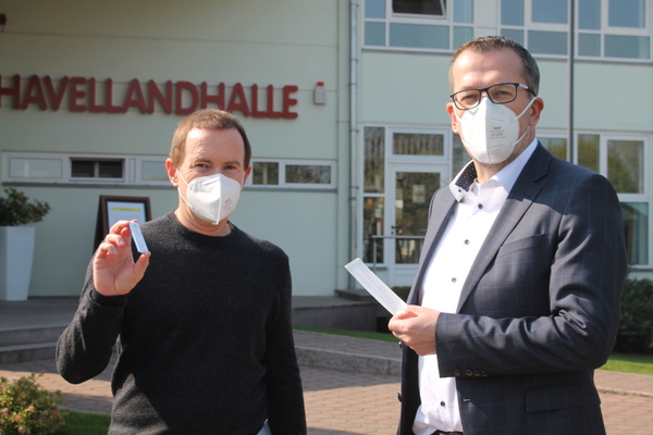 Testzentrum-Betreiber Peter Dietrich (l.) und Bürgermeister Sven Richter (CDU) vor dem Corona-Testzentrum im Dallgower Ortsteil Seeburg. (Foto: Max Braun)