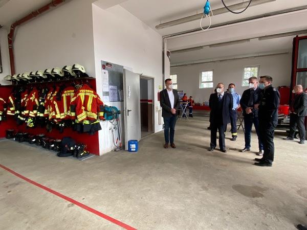 Erst vor wenigen Tagen hatte sich Innenminister Stübgen (M.) in der Priorter Feuerwache umgeschaut. (Foto: Nadine Bieneck)