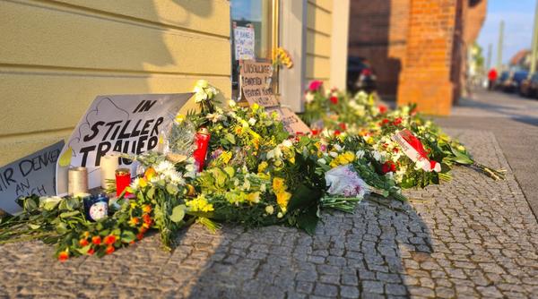 Botschaften und Blumen am Oberlinhaus in Babelsberg. Foto: Julian Stähle
