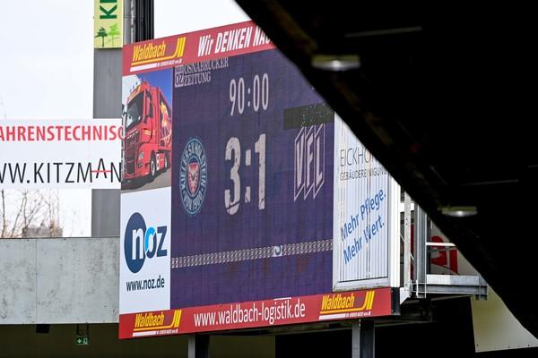 Verkehrte Welt letzte Woche im Stadion an der Bremer Brücke. Der heimschwache VfL Osnabrück unternahm alles, um aus seinem Heim- ein Auswärtsspiel zu machen. Sogar auf der Anzeigetafel wurde Holstein Kiel als gastgebendes Team angezeigt. Genützt hat es dem VfL wenig - Holstein siegte 3:1. Foto: Nico Paetzel